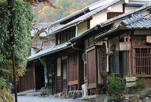 JAPON - Visiter Kyoto / Kyoto fut l'ancienne capitale impériale du Japon durant l'époque Edo. La ville a su aujourd'hui encore préserver son riche passé historique à travers ses traditions et son architecture. Dépaysement garanti entre quartiers de geisha et jardins zen
