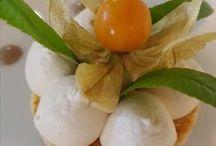 """Nos desserts / À la carte : croustillant de poires, soufflé glacé au grand marnier, fondant au chocolat et son sorbet noix de coco, figues rôties au beaume de venise et sa crème gourmande, douceur de fraises des bois """"bio""""et mandarine napoléon."""
