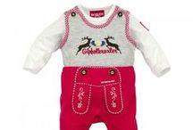 Trachtenmode für Babys & Kleinkinder / Goldige und fesche Trachtenkleidung für die ganz Kleinen. Süße Dirndln für kleine Mädchen und kernige Lederhosen für kleine Jungs. Und wer kann die süßen Lederhosen Baby Bodys und Strampler im Lederhosen-Look widerstehen?