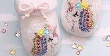 Crystal newborn baby shoes / Custom sparkling newborn baby shoes with Swarovski crystals #personalizedbabygift #handmadegift #newbornbabyshoes #babyarrival #allthatsparkles #scarpinenascita #crystalshoes #babyshower #welcomebaby #infantshoes #babybooties