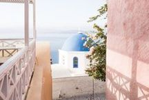 Voyager en Grèce / Partez découvrir la Grèce et ses îles ensoleillées offrant une vue imprenable sur l'océan. Avec son architecture teintée toujours de bleu et de blanc, perdez-vous dans les ruelles de la ville telle que Santarin ou Paros. Prenez plaisir à alterner baignades dans les eaux turquoises grecques, circuit en canoé ou visite de la ville, il y en a pour tous les gouts.