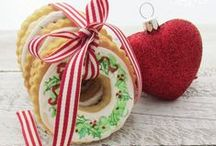 Christmas Cookie Exchange / Christmas cookies and holiday hearts… that's the way the holidays start! Christmas and cookies just go together, so here's a collection of lovely sweet treats to make and share with our families and friends.