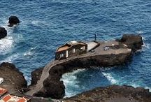 El Hierro, îles Canaries / El Hierro est l'île la plus à l'ouest de l'archipel des Canaries. C'était longtemps le bout du monde pour les européens au temps de Christophe Colomb. Aujourd'hui, il y règne toujours une atmosphère de « bout du monde » dans une nature incroyable. Le séjour conviendra parfaitement à ceux qui recherchent le calme absolu. On peut y rester 3 jours mais pour les voyageurs qui cherchent le repos total, on conseille donc d'y rester une semaine pour bien profiter.