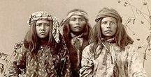 Américains de toujours / Présentes depuis des millénaires, les nations autochtones furent décimées, spoliées puis impitoyablement éradiquées par les envahisseurs européens qui sont devenus ces glorieux américains. En fait, l'Amérique d'aujourd'hui est peuplée d'environ 300 millions de d'émigrés...