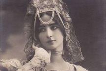 Cléo de Mérode / Danseuse à la mode à la fin du 19ème siècle. Beau visage, mais totalement inexpressif. Les neurones dans le cheveux...