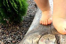Andar descalzo / Andar descalzo es todo lo que el pequeño necesita en sus primeros pasos. Desde que nace hasta entrada la adolescencia el pie del niño/a está en continuo crecimiento. De ahí la necesidad de que crezca con total libertad. El calzado no debe presionar ni convertirse en una barrera que impida el natural desarrollo de músculos y articulaciones.