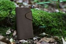 Rustic full-grain leather cases / Our new series is made for the explorer and the wild. The full grain leather protects your mobile phone during all adventures and develops a rich patina over the time.  Available for iPhone SE / 5 / 5S and iPhone 6 / 6S, Samsung Galaxy S5 / S5 Neo, Galaxy S7, Huawei P9 and Sony Xperia Z5.