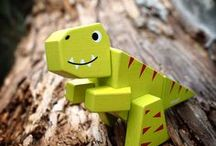Dino Zoo / Animal Kit Tyrannosaurus, Brachiosaurus, Stégosaurus, Triceratops de Janod en pleine nature.