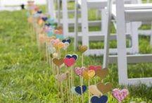 """Décoration LIEU CÉRÉMONIE **DIY** / Pour une #UNION ou une #CÉLÉBRATION laïque ou Religieuse : #Mariage, #Pacs ... *** Petites Pépites *** vous suggère de décorer le lieu de cérémonie.                                                                                  Pour cela 4 éléments à PERSONNALISER :  les #CHAISES/LES #BANCS, le #CHEMIN d'arrivé ou allée centrale (lampions, fleurs ou planter des éléments dans le sol si extérieur), les #COTILLONS, la """"scène"""" où se déroulera la cérémonie."""