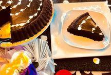 Çikolatalı Tart Kek Yapımı / Malzemeler  4 adet yumurta 1.5 su bardağı toz şeker 1 su bardağı sıvı yağı 1 su bardağı süt 1.5 paket kabartma tozu 1 paket şekerli vanilin 3 çorba kaşığı kakao 2 su bardağı un Çikolata ganajı için;  1 su bardağı krema 200 gr bitter çikolata veya sütlü çikolata Hazırlanışı  Çikolatanın her haline bayılırım ama bu şekliyle hiç denememiştim. Tek kelimeyle ba-yıl-dım Mutlaka ama mutlaka denemelisiniz. Çikolatanın kokusu dalga dalga evinizi sarıyor lezzeti damak çatlattıyor   İlk olarak şekeri ve yumurtayı mikserle 5 dakika köpürene kadar çırpın. Sıvıyağı, sütü, ilave edip çırpmaya devam edin. Unu, kakaoyu, şekerli vanilini, kabartma tozunu havadan eleyerek ilave edin ve güzelce çırpın. Tereyağı veya margarin ile yağlanmış tart kalıbına karışımı dökün. Önceden ısıtılmış 180 derece fırında pişirin. Pişen tart kekinizin üzerine temiz nemli bir bezle örtüp bir kenarda soğutun. Soğuduktan sonra ters çevirin. 1 su bardağı kremadan 1 çorba kaşığı ayırın. Daha sonra üzerini süslemek için kullanacağız. Kremayı küçük bir tencereye alın, kaynamaya yakın çikolatayı ilave edip karıştırın. Ocağın altını kapatın çikolata tamamen eriyene kadar karıştırın. Ilık çikolata sosunu soğuk tart kekin üzerine dökün. Ayırdığınız kremayı biraz çırpın ve tart kekin üzerini istediğiniz şekilde süsleyin. Buzdolabında bir kaç saat dinlendirin. Tart kekimiz servise hazır afiyet şifa olsun. ❤️❤️❤️ Not : Benim kekim 15 dk pişti. Pişme süresi fırından fırına farklılık gösterebilir o yüzden kürdan testiyle pişip pişmediğini kontrol edebilirsiniz. İlk 10 dk fırının kapağını asla açmayın kabaran kekin sönmesine neden olur.  Kızlar dün için çok teşekkür ederim ☺️ Harika enerjiniz be yorumlarınız için küçük bir teşekkür mayetinde size yaptım çayda hazır   @asii__gul__38 @gercek_gulmeler @___tatli_bir_caddiii___ @efulim_____ @imkansizim1980 @kocaguler @nermin.niksarli34 @papatyasevdimm @gulaykrblt44  #nefisyemektarifleri #çikolatalıkek #çikolatalıtartkek #çikolatalıtart #cocolatte