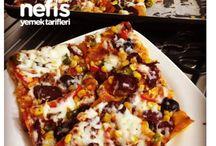 Şipşak pizza / Malzemeler  2 adet yufka (veya bayat lavaş ekmeği) 3 adet sivri biber 2 adet kırmızı biber  Yarım çay bardağı siyah zeytin Yarım çay bardağı yeşil zeytin Sucuk Sosis (isteğe bağlı) Konserve mısır 1 buçuk su bardağı rendelenmiş kaşar peyniri Arasına sürmek için;  1 su bardağı sıvı yağ 1 su bardağı süt Üzerine sürmek için;  1 çorba kaşığı domates salçası Yarım tatlı kaşığı biber salçası Yarım su bardağı ılık su Keki pulbiber karabiber    Hazırlanışı  Hem bereketli hemde yapımı kolay bir tarif. Çat kapı gelen misafirleriniz için çay demini alana kadar hazır   İlk olarak derin bir kasede suyla sütü karıştıralım. Fırın tepsimizi yağlayıp ilk yufkamızı serelim sütlü karışımdan fırça yardımıyla her yerine sürelim. İkinci yufkayı da serip sütlü karışımdan sürelim. Dışta kalan yufkaları da sırayla içe katlayıp karışımdan sürelim. Başka bir kasede salçamızı baharatlarla karıştırıp biraz çırpmalı. Fırça yardımıyla yufkamızın üzerine bolca sürelim. Biberleri inçe inçe doğrayıp zeytinleri çekirdeklerinden ayıtlayalım. Kaşar peyniri hariç tüm malzemeleri yufkamıza üzerine bolca yayalım. 180 derecede önceden ısıtılmış fırında 15 dk ( biberler kızarana kadar) pişirelim. En son üzerine rendelenmiş kaşar peyniri serpelim ,sıcak fırında 2 dk daha tutup sıcak servis yapalım. Deneyeceklere şimdiden kolay gelsin. Sofranızdan bereket yuvalarımızdan huzur mutluluk eksik olmasın. Sağlıcakla. Not: Benim bayat lavaş ekmeklerim vardı ara katlara 2. Yufka yerine onları kullandım. Sizde bayat ekmeklerinizi bu şekilde değerlendirebilirsiniz.