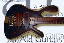 Darens Walnut top / This is a beautiful instrument, Darens model. Here Javier JanAId used a combination of black Walnut, Maple(curly) and Bubinga, with an Elondo fingerboard. This bass has a particular tone, full of mid frequencies