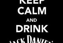 ¤ JACK DANIELS / Jack Daniel's is een traditioneel merk whiskey, dat gedestilleerd wordt in Lynchburg, Tennessee in de Verenigde Staten. De distilleerderij werd in 1875 opgericht door Jasper Newton Jack Daniel die waarschijnlijk in 1850 geboren werd in een gezin van dertien kinderen. Daniel kreeg zo al op 16-jarige leeftijd een licentie om zijn whiskey te gaan maken en hij was de eerste distilleerder die werd ingeschreven in het Amerikaanse handelsregister.