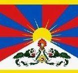(Asia) TIBET / Tibet is een geografisch gebied op het Tibetaans Hoogland. Het wordt voornamelijk bewoond door de Tibetanen, een van de 56 officiële etnische groepen van de Volksrepubliek China. De Tibetanen zijn een volk met een eigen taal, het Tibetaans en een eigen Tibetaanse cultuur. Tibetanen behoren voornamelijk tot twee religies: de bön en het Tibetaans boeddhisme.  Na de Xinhairevolutie en de stichting van de Republiek China verklaarde Tibet zich in 1912 onafhankelijk van China.