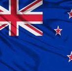 (Oceaniė) NEW ZEALAND / Nieuw-Zeeland is een land in het zuidwesten van de Grote Oceaan. Het bestaat uit twee grote eilanden en een aantal kleinere eilanden. Nieuw-Zeeland is een constitutionele monarchie, lid van het Gemenebest van Naties.  Hoofdstad: Wellington.