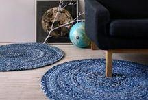 Home and Interior / Bridge&Tunnel Interior. Hier bekommt ihr Inspiration wie ihr eure Einrichtung für Wohnzimmer, Schlafzimmer, Esszimmer oder Flur stylisch, zeitlos und elegant im Scandinavian Look gestalten könnt. Unsere blauen Kissen, Teppiche und Decken stellen dabei leicht kombinierbare Key-Pieces dar und sind passend für den Beachhaus Look, California Style oder Marocco Style. /. Bridge&Tunnel Interior. Style your home in a nordic style with our blue cushions, rugs and plaids for indoors.