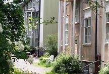 P i k k u k a u p u n g i n  e l ä m ä ä / Kuvitteellisen, suomalaisen pienen puutalokaupungin kesäistä elämää.
