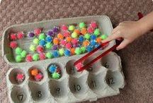 Finommotorika fejlesztése játékkal / Tudtad – e, hogy a Helen Doron foglalkozásokon nem csak angol nyelvi készségei fejlődnek a gyerekeknek? Órai munkánk során számos olyan tevékenységet folytatunk, amelyek segítik a gyerekek kézügyességét, koncentrációját, szem – kéz koordinációját. A finommotorikus képességek már egészen kisbaba kortól fejlődnek, ügyesednek.  Mindennapi és teljesen egyszerű tevékenységekkel segítheted Gyermeked, hogy ezen képességeit játszva használja .