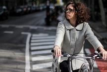 La vida en bici / Todos tenemos historias para contar sobre nuestra bici y el lugar donde normalmente nos movemos con ella. Hemos pensado recopilarlas ya que sin saberlo, formamos parte de una trama con puntos coincidentes y opiniones diversas. Pero sobretodo, porque nos interesa saber qué opinan aquellos que se desplazan sobre dos ruedas.  Si también tienes ganas de bici y te apetece presentarnos la tuya, escríbenos a miramonas@bcnramonas.com