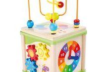 Jucării Montessori / Jucăriile Montessori susțin principiile de auto-educare și aplicarea celor învățate direct, nemediat de control exterior. Contribuie la dezvoltarea coordonării, imaginației, a memoriei și a abilităților de recunoaștere și utilizare a obiectelor din mediul înconjurător.