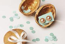 Geschenke-Gedanken / Bist Du auf einen Geburtstag eingeladen? Stehen schon die ersten Hochzeiten an? Brauchst Du dringend Geschenk-Ideen, um deinen Liebsten eine Freude zu bereiten? Dann findest Du hier tolle Bastel-DIY's, einzigartige Geschenktipps und unvergessliche Hochzeits-Presente!