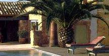 """Villa Privata / """"... e fuori tutto è rimasto com'era, mentre all'interno il fascino del passato è stato riscattato da uno sguardo contemporaneo orientato alla sottrazione..."""" Queste sono le parole di un noto artista, proprietario di questa """"finca"""" immersa nel sole di un giardino mediterraneo."""