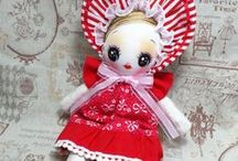 Doll / お人形。  Atu.: 人や愛するもののカタチを小さく真似て愛玩する。 寝る前に、小さな声で語りかけると、夢の中で語り返してくれる。それは大人になってもやめられない内緒の時間。