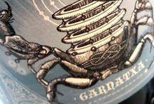 Curiosas botellas y etiquetas. / Detalles que nos parecen curiosos que encontramos en los corchos, cápsulas y etiquetados de los diferentes vinos que catamos, probamos y comercializamos.