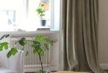 Enfärgade Sammetsgardiner / Gotain gör det enkelt att beställa skräddarsydda gardiner! Ett noggrant utvalt sortiment, multifunktionell upphängning samt snabb och kostnadsfri frakt! Gotain enfärgade sammetsgardiner vävs i Spanien, ett land med lång erfarenhet och bred kunskap inom just textiltillverkning. Vi skräddarsyr alla gardiner i vår Atelje i Sverige, därför är leveranstiderna snabba.