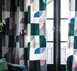 Mönstrade Sammetsgardiner / Gotain gör det enkelt att beställa skräddarsydda gardiner! Ett noggrant utvalt sortiment, multifunktionell upphängning samt snabb och kostnadsfri frakt! Gotain sammetsgardiner vävs i Spanien, ett land med lång erfarenhet och bred kunskap inom just textiltillverkning. Vi skräddarsyr alla gardiner i vår Atelje i Sverige, därför är leveranstiderna snabba.