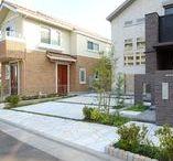 駐車場デザイン: Parking / 建物の魅力を引き出す駐車場デザインのアイデアボード(運営: 株式会社 風知蒼) 風知蒼の豊富な施工例はこちらから https://www.fuchiso.com/ TEL: 045-712-9606でのご相談もお待ちしております。