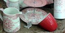 Geschirr und Zubehör / Hübsches Geschirr mit einem Hauch von Romantik. Verspielt in frischen Farben mit Rosen, Punkten und Blumen für einen kunterbunten Mix.