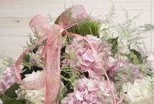 Centros y ramos de flores / .... todo con flores. Nuestros trabajos sobre bases de cristal, plástico, madera, etc. / by Andrómeda Floristería Creativa