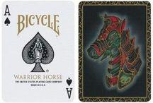 Bicycle speelkaarten /  Bicycle speelkaarten zijn de meest verkochte speelkaarten ter wereld. Bicycle kaarten worden gemaakt in de fabriek van The United States Playing Card Company. Bicycle is misschien wel het meest krachtige merk speelkaarten ter wereld met 125 jaar geschiedenis en traditie. Mocht je echte Bicycle speelkaarten willen kopen dan vind je hier online ons complete assortiment met originele Bicycle playing cards rechtstreeks uit de USA.
