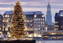 Weihnachten in Hamburg / Egal ob Du in Hamburg wohnst oder auf einen Kurztrip zu Besuch kommst: Wir möchten, dass es für Dich ganz besondere Festtage werden ♡ Diese Pinnwand ist vollgepackt, wie Dein Weihnachtsbaum: Guides für unsere schönsten Weihnachtsmärkte, Geschenke Ideen für die ganze Familie, Tipps von Wellness bis Festtagsmahl in gemütlichen Restaurants, Winter Bilder und noch viel, viel mehr Inspiration. Mach´s Dir so richtig kuschelig mit unseren ausgewählten Geheimtipps. ☆ Frohe Weihnachten & Ho Ho Ho ☆