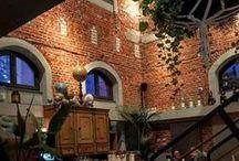 Restaurants in Hamburg / Es gibt eine Wahnsinns-Auswahl an Möglichkeiten in Hamburg in einem Restaurant essen zu gehen. Egal ob gut bürgerlich gemütlich oder elegant und fein, ob Du Fisch, Fleisch, vegetarisch oder vegan bevorzugst: Hamburg kann hat kulinarisch einiges drauf! Hier sammeln wir für Dich alles an Tipps was wir finden, inkl. der richtigen Geheimtipps. Stöber gerne hier oder auch in all unseren selbst geprüften Food Guides auf unserer Webseite https://hamburg.mitvergnuegen.com/category/food. Bonne Appetit!