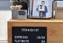 Cafés in Hamburg / Kaffee hat bei uns eine Jahrhunderte alte Tradition und deswegen gehören zahlreiche Cafés zu unserem Stadtbild wie der Michel und die Elphi! Wir trinken den Kaffee nicht nur, wir genießen ihn. Und was gibt es Besseres am Wochenende oder einem freien Tag, als sich in entspannter Runde bei einem frischgebrauten Kaffee ein gemütliches Frühstück zu gönnen? Genau, nichts. Hier findest Du viele Tipps, Guides und Geheimtipps für Drinnen und Draußen. Viel Freude beim Entdecken und genießen ♡
