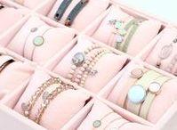 Jewelry Displays & Storage / De leukste sieraden displays en storage boxen verzamelen we hier. Ook ontzettend leuk; sieraden wenskaarten om je zelfgemaakte items cadeau te geven. Een mooi organza sieradenzakje eromheen en je cadeautje zal in de smaak vallen!