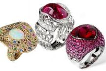 Cocktails rings / Distinctive cocktail rings featuring stunning diamonds, sapphires, emeralds, rubies, and semi-precious gemstones.
