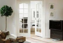 Stuedører / Inn til stuen kan det være fint med glassdører som slipper lyset inn og gjør at stuen virker større. Ved å installere glassdører i hjemmet ditt kan du tilføye en flott effekt til et roms uttrykk og stemning. Uansett om det er klassiske glassfyllinger eller mer moderne design i Unique eller Stable, kan glassdører stenges uten å få et rom til å føles lukket.