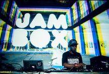 """ABSOLUT JAZZY JEFF   F.biz / NIGHTS by Absolut: uma série de experiências ao redor do mundo. Como warm-up da festa em São Paulo, fizemos uma parceria com a festa JAMBOX e trouxemos o DJ Jazzy Jeff pela primeira vez no Brasil, no Superloft. Jazzy Jeff iniciou sua carreira com Will Smith, formando a dupla """"DJ Jazzy Jeff & The Fresh Prince"""". Juntos venderam 14 milhões de CDs, além de ganharem Grammys e American Music Awards."""