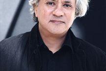 -Anish Kapoor- / Anish Kapoor is geboren in Bombay, India, waar hij onderwezen werd op de prestigieuze Doon School in Dehra Dun. In 1972 emigreerde hij naar Engeland, waar hij nog steeds woont.  Anish Kapoor studeerde achtereenvolgens aan het Hornsey College of Art en de Chelsea School of Art Design. Hij kreeg wereldwijde bekendheid tijdens de Biënnale van Venetië van 1990. Tegenwoordig werkt hij in Londen maar bezoekt India regelmatig. Zijn werk wordt door zowel de westerse als de oosterse cultuur beïnvloed. Andrea Mantegna, Joseph Beuys, Barnett Newman en Yves Klein zijn inspiratiebronnen voor hem.  In 1991 werd hij beloond met de Turner Prize. Anish Kapoor is inmiddels internationaal een van de meest gevraagde kunstenaars.  CollectiesBewerken  Kapoors werk is in musea over de wereld te vinden, onder meer in het Museum of Modern Art in New York, Tate Modern in Londen, in de collectie van de Fondazione Prada in Milaan, de Art Gallery of New South Wales in Sydney, het Guggenheim Museum in Bilbao, het Moderna Museet in Stockholm, het 21st Century Museum of Contemporary Art, Kanazawa in Japan, het Israel Museum in Jeruzalem en Museum De Pont in Tilburg.[1]  Museum De Pont, museum voor hedendaagse kunst, was de rijzende ster Anish Kapoor al twintig jaar geleden op het spoor. Naast een tweetal werken die in de architectuur van De Pont zijn geïntegreerd, telt de vaste collectie onder andere nog een viertal sculpturen.[2]  De leegte heeft vele gedaanten, aldus Kapoor, en ook in De Pont zijn verschillende gestalten ervan te vinden. Het betreft werken die in 1992 in twee aangrenzende kabinetten werden geïnstalleerd. In het eerste kabinet bevindt zich Descent into Limbo (Afdaling in het ongewisse). Op enige afstand lijkt het alsof zich op de vloer een ronde zwarte vlek bevindt, maar dichterbij gekomen realiseert men zich aan de rand van een onpeilbaar diep gat te staan. In het kabinet ernaast heerst in eerste instantie slechts duisternis: hier heeft Kapoor de hele ruimte met