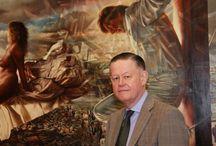 -Evert Thielen- / Thielen studeerde aan de Koninklijke Academie van Beeldende Kunsten in Den Haag. Hij had op jonge leeftijd in de Gentse St.Baafskerk het 15e-eeuwse veelluik het Lam Gods van de gebroeders Van Eyck gezien. Het beroemde veelluik werd een inspiratiebron voor hem en sindsdien had hij grote interesse voor de oude schilderstechnieken en de technische aspecten van het maken van veelluiken en panelen. Dit is terug te zien in zijn hele oeuvre. In zijn academietijd stond de fijnschilderkunst niet hoog in aanzien. Thielen koos ervoor zich af te zetten tegen zijn langharige en baardige collega's door zich in een net pak te steken. Na enkele jaren Den Haag trok Thielen naar Antwerpen waar aan de academie nog de oude technieken geleerd werden. Sindsdien woont hij in Brugge in een door hem gerestaureerd monumentaal pand dat dient als woonhuis/werkplaats/galerie. Hij is een gevraagd portretschilder en heeft ook met zijn vrije werk internationale erkenning gevonden. Ivo Niehe wijdde verschillende keren een reportage aan hem waardoor hij bekend werd bij een groter publiek. Zijn werk werd tentoongesteld op internationale kunstbeurzen zoals de KunstRAI en Realisme in Amsterdam, TEFAF in Maastricht en STRARTA Art Fair in Londen.  SchilderstijlBewerken  Zijn schilderstijl wordt getypeerd als realisme. Zijn modellen zijn vaak vrouwen 'waar hij verliefd op zou kunnen worden'. De omgeving waarin hij zijn onderwerpen plaatst is meestal eigentijds en soms licht surreëel, zoals een vrouw op een wolk. Om onderliggende thematiek over te brengen schildert hij ook symbolische attributen bijvoorbeeld een cactus of een gordeldier.