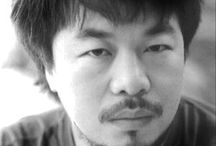 -Ai Weiwei- / Ai Weiwei (Peking, 28 augustus 1957) is een Chinees conceptueel kunstenaar, politiek activist en filosoof. Hij is veelzijdig en ook actief in andere kunstvormen, zoals architectuur, fotografie en film.[2] Ai verbindt de traditionele Chinese cultuur met zijn persoonlijke beeldtaal.[3] Hij staat bekend om zijn kritiek op de sociale en culturele veranderingen in zijn land. Weiwei is beïnvloed door het Dadaïsme van Marcel Duchamp. Bij het bekritiseren van de mensenrechtsituatie, de economische uitbuiting en de milieuvervuiling maakt hij intensief gebruik van het internet (een blog die dagelijks door tienduizend mensen werd gelezen) en Twitter om te communiceren.[4]  Inhoud BiografieBewerken  Ai groeide op in Shihezi in het verafgelegen Sinkiang, in het noordwesten van China. De oorsprong van de familie ligt in Zhejiang, Jinhua. Zijn vader, Ai Qing (1910-1996), een beroemd schrijver, schilder en dichter, was in 1958 voor de eerste keer naar een werkkamp verbannen.[5] In 1967 werd zijn vader opnieuw verbannen als vijand van het volk en gedwongen tot het schoonhouden van toiletten. De familie leefde lange tijd ondergronds, n.b. in een hol.  Terug in PekingBewerken In 1975 keerde de familie Ai terug naar Peking en in 1978 schreef Weiwei zich in aan de filmacademie van Peking en bleek een klasgenoot van Zhang Yimou en Chen Kaige. Tussen 1981 en 1993 woonde Ai in New York en werkte als schoonmaker en timmerman. Ai hield zich daarbij bezig met design en met gokken in Atlantic City. Hij keerde terug vanwege de ziekte van zijn vader. De Nederlandse kunstenaar en verzamelaar Hans van Dijk was een van de eersten die contacten legde met de Chinese kunstscene en Ai Weiwei. Ai stichtte in 1999 samen met Van Dijk China Art Archives and Warehouse (CAAW).[6][7]  Ai woont en werkt in de kunstenaarswijk 798 Art Zone, Dashanzi, Chaoyang (district). Hij schreef drie boeken waarin hij de nieuwe generatie kunstenaars in China interviewde. In 1995 exposeerde hij voor het eerst in