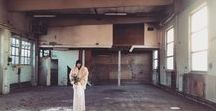 Industrial warehouse venue wedding - For bohemian and vintage brides / Nothing is as beautiful as the contrast of delicate and rough. That is why wedding veils and wedding dresses look so good with an industrial, rough backdrop.