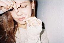 ~Jennie~ / Prawdziwe imię: Kim Jennie Imię sceniczne: Jennie Data urodzenia: 16.01.1996 Grupa krwi: B Wzrost: 160 cm Rola w zespole: Wokal, rap