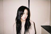 ~Jisoo~ / Prawdziwe imię: Kim JiSoo Imię sceniczne: Jisoo Data urodzenia:  03.01.1995 Grupa krwi: A Wzrost: 160 cm Rola w zespole: Wokal, visual