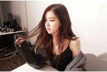 ~Rose~ / Prawdziwe imię: Roseanne Park / Chaeyoung Park Imię sceniczne: Rose Data urodzenia: 11.02.1997 Grupa krwi: B Wzrost: 167 cm Rola w zespole: Wokal