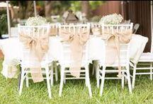 Chiavari székek / Helyszínünkön 150 db hófehér Chiavari szék biztosítja a násznép számára a leülési lehetőséget.  Bár önmagukban is gyönyörűek, az alábbiakban összegyűjtöttünk Nektek díszítési tippeket.