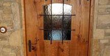 Dveře interiér / Dveře jednokřídlé kazetové, posuvné se skrytým vedením v obložkové zárubni s profilem, smrk, nátěr krycí barvou.